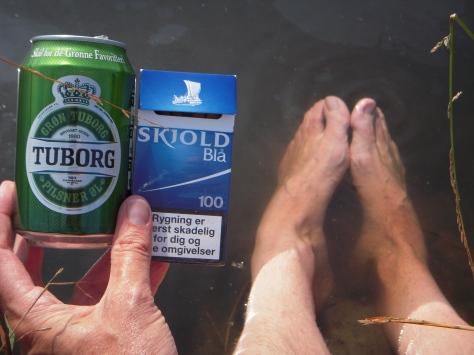 """- En """"hård arbejdsindsats"""" blev belønnet med pils, tobak og fodbad i søen :-)"""