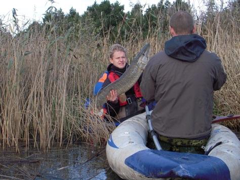 - Jari i gang med kameraet, mens Simon håndterer sin drømmefisk