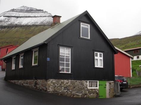 - Vores hus smukt beliggende for foden ad sneklædte bjerge